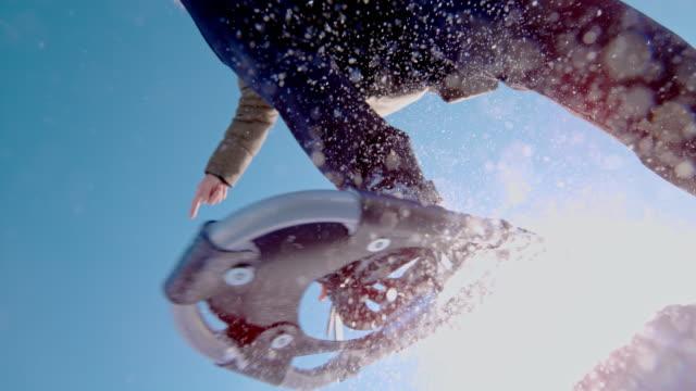 スノーシューでカメラを飛び越えて slo mo 認識できない人 - スーパースローモーション点の映像素材/bロール