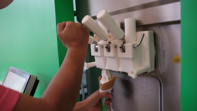 vídeos de stock, filmes e b-roll de pessoa irreconhecível, servir um sorvete usando uma máquina - colher para servir sorvete