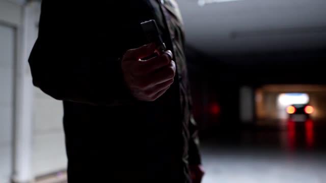 vídeos y material grabado en eventos de stock de persona irreconocible girando las llaves del coche en un garaje - garaje