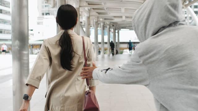 unkenntliche person, die eine tasche aus einer kundentasche in einer bekleidungsboutique stiehlt - ladendieb stock-videos und b-roll-filmmaterial