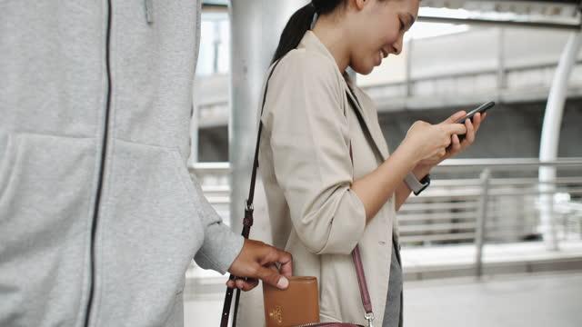 衣料品ブティックで顧客のバッグからバッグを盗む認識できない人 - 万引き点の映像素材/bロール