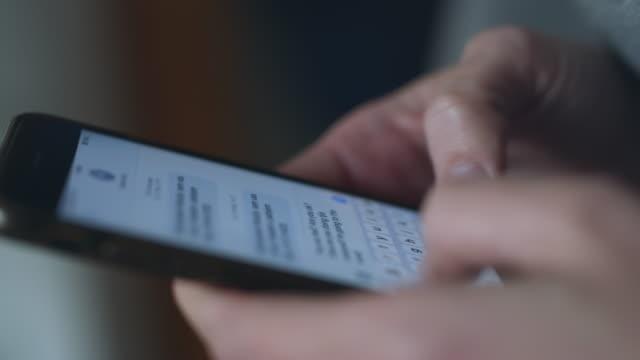 vídeos de stock e filmes b-roll de cu unrecognizable person typing a text message on a smart phone - accessibility