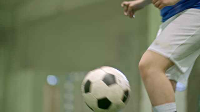 unrecognizable soccer player juggling ball - jonglieren stock-videos und b-roll-filmmaterial