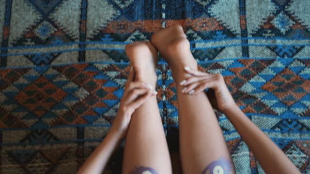 vídeos y material grabado en eventos de stock de mujer irreconocible haciendo yoga en el suelo - postura