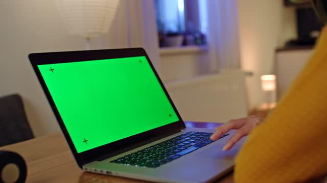 ds unkenntlich frau mit einem laptop mit chroma-taste green screen zu hause - young women stock-videos und b-roll-filmmaterial