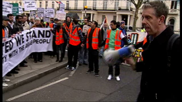 vídeos de stock, filmes e b-roll de unrest protestors march from the bahrain embassy to downing street england london downing street ext 'stop the war' protesters chanting behind banner... - stop placa em inglês