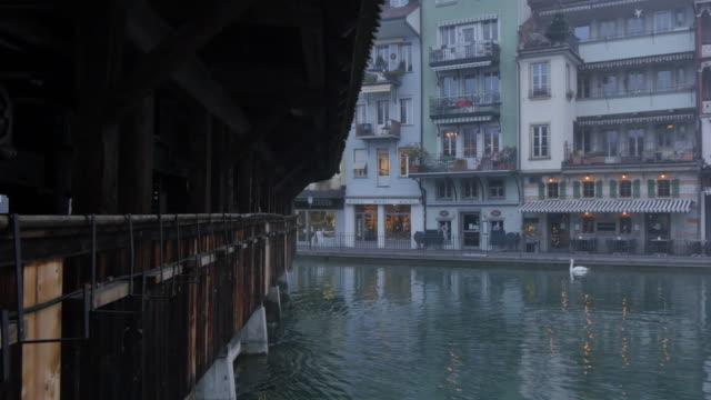 stockvideo's en b-roll-footage met untere schleuse and river aare, thun, jungfrau region, bernese oberland, swiss alps, switzerland, europe - knobbelzwaan