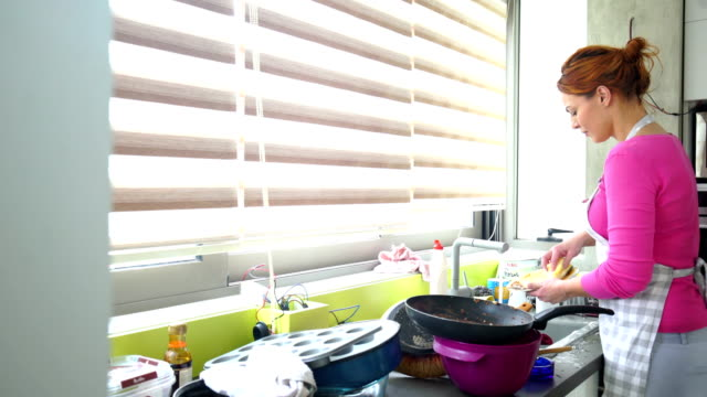 vídeos de stock, filmes e b-roll de desarrumado cozinha lavar pratos 4k - lavando louça