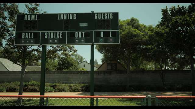 unused scoreboard at empty baseball diamond, no people, during april 2020 covid-19 - schlechter zustand stock-videos und b-roll-filmmaterial