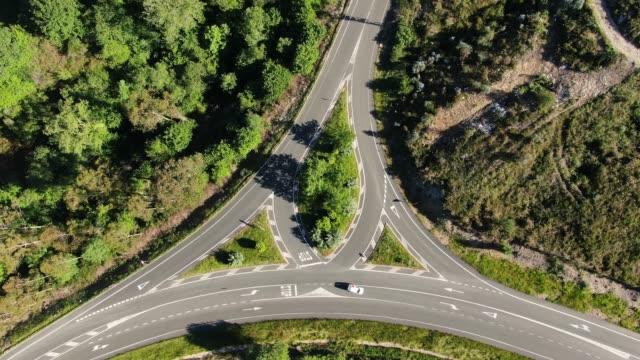 vídeos de stock e filmes b-roll de unusual crossroad as seen from above - encruzilhada