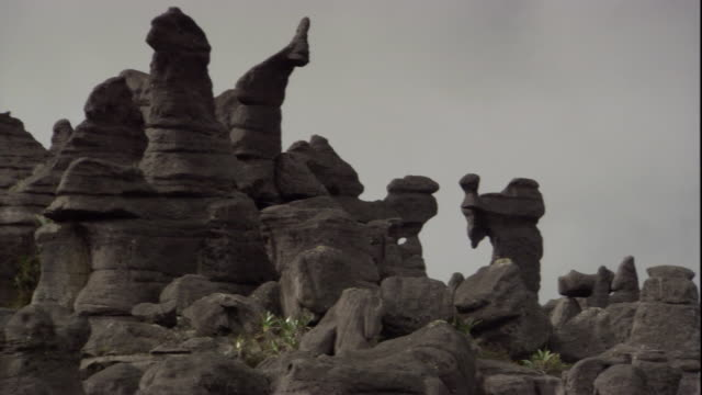 unusual rock formations cover the landscape on the summit of auyantepui. available in hd. - tafelberg felsformation stock-videos und b-roll-filmmaterial