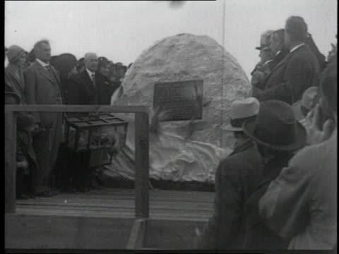 vidéos et rushes de unveiling of plaque - 1928