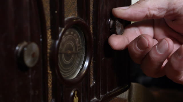 up close view of hand tuning old radio - リーハイ点の映像素材/bロール