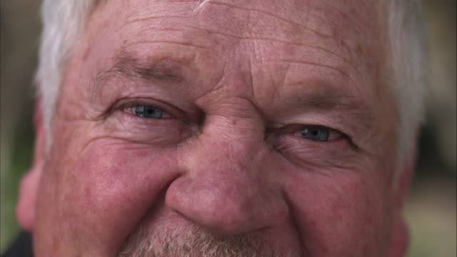 stockvideo's en b-roll-footage met up close view of older mans watering eyes. - senioren mannen