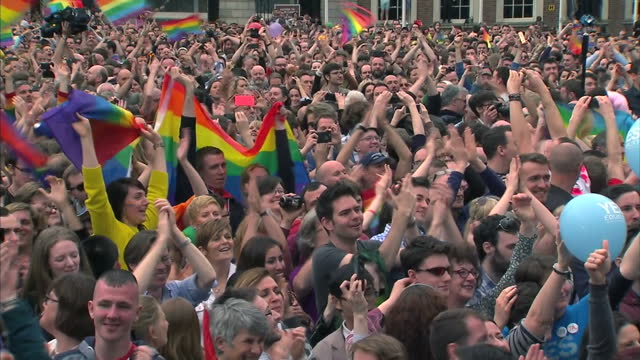 vidéos et rushes de up to 50 thousand people are expected to head to belfast today for the annual pride festival. but many are determined to use the event to promote the... - irlande du nord