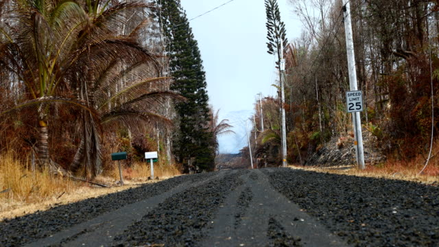 30pm hst lava is now less than 075mi away from highway 132/137 junction flow front is approximately 100 yards from highway 132 at a relatively slow... - isole del pacifico video stock e b–roll