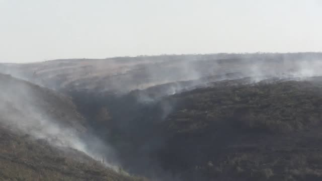 updated footage of the saddleworth moor fire, plus footage of fire service and armed forces personnel. one hundred service personnel have now joined... - プラスキー点の映像素材/bロール