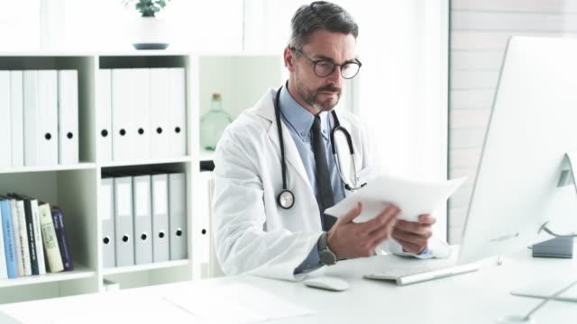 vídeos y material grabado en eventos de stock de actualización de los archivos de los pacientes en línea - médico de cabecera