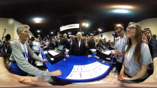 *upload to supported player to view in 3d mode* warren buffett chairman of berkshire hathaway inc stands at blue table ahead of the berkshire... - jahreshauptversammlung stock-videos und b-roll-filmmaterial
