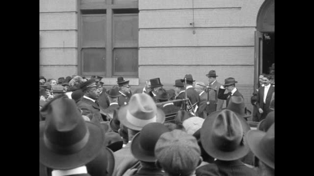 vídeos de stock, filmes e b-roll de upon his arrival for a speech to a business organization, pres. woodrow wilson leaves train station with first lady edith wilson, both getting into... - baltimore maryland