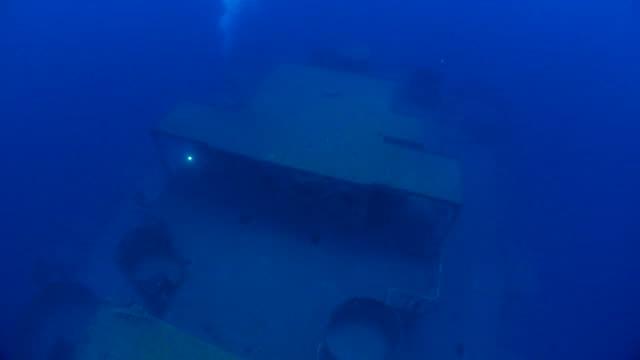 深海の難破船の上のボートのデッキ - 軍用船点の映像素材/bロール