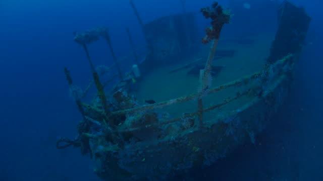 upper deck, ship's bow, undersea, boga shipwreck, bali (4k) - shipwreck stock videos & royalty-free footage