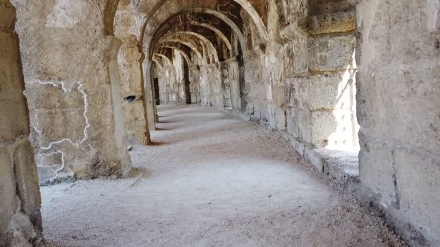 vídeos y material grabado en eventos de stock de galería superior del anfiteatro aspendos - arco característica arquitectónica