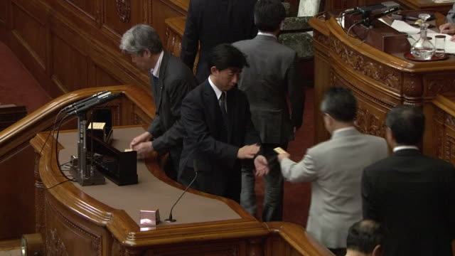 upper house lawmakers voting the president of the upper house announcing the result the controversial security bills have been approved and the... - 政党点の映像素材/bロール