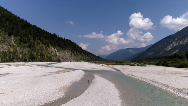 obere isar river angesehen nach osten in richtung see sylvensteinspeicher - ausgedörrt stock-videos und b-roll-filmmaterial