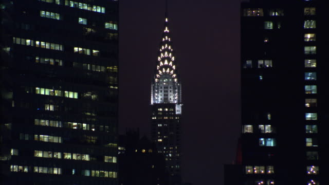stockvideo's en b-roll-footage met ms upper section of the chrysler building illuminated at night / new york city - chrysler