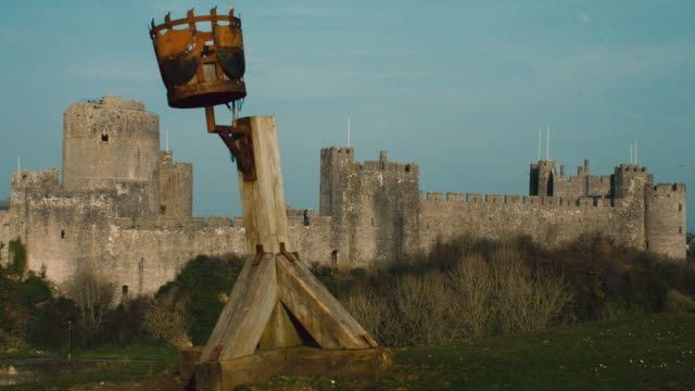 ws upright structure on the grounds of pembroke castle / pembroke, wales, united kingdom - pembroke video stock e b–roll