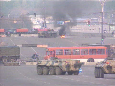 ; a)nat russian fed: moscow: 'white house': ext tlms russian army btr-80 apc pushing way thru barricade of vehicles lbv btr-80 along away thru... - boundary stock-videos und b-roll-filmmaterial