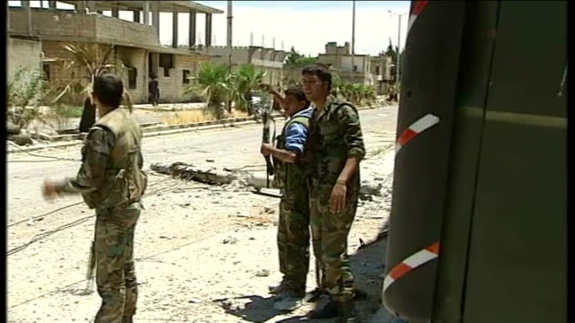 government shelling continues: 40 people reportedly die in hama / details of houla massacre; t27051221 / tx 27.5.2012 syria: houla: ext syrian troops... - 大量殺人点の映像素材/bロール