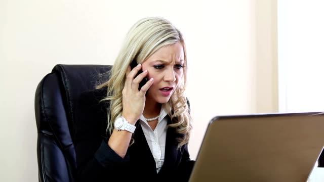 Sconvolto donna d'affari con laptop