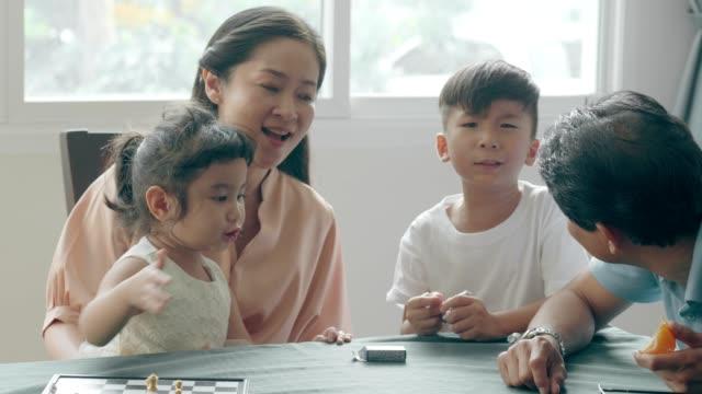 リトル・シスターと口論した後に泣いているアジアの少年の動揺 - 兄弟点の映像素材/bロール