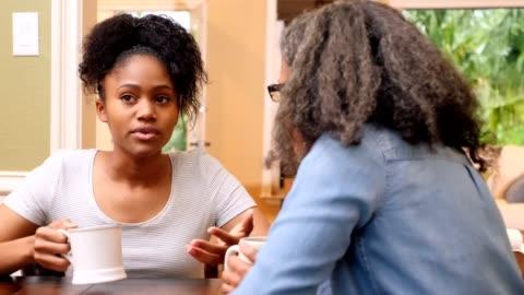 vidéos et rushes de la jeune femme bouleversée parle avec sa maman d'une situation difficile - contestant