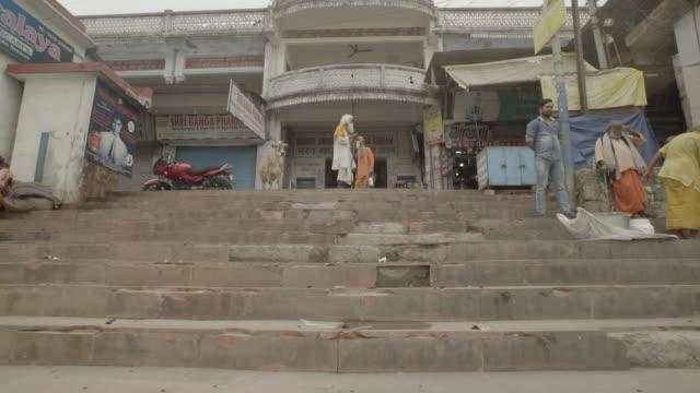 vídeos de stock, filmes e b-roll de w/s steadycam upstairs of a ghat, city life, rishikesh, india - rishikesh