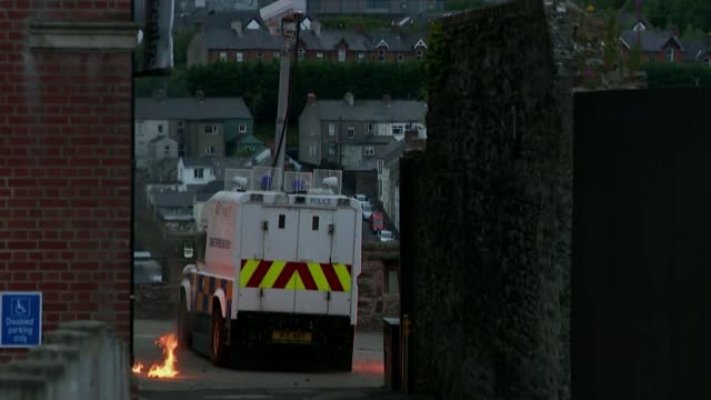 upsurge of violence in northern ireland puts focus on paramilitary groups northern ireland londonderry ext petrol bombs thrown at police land rover... - ロンドンデリー点の映像素材/bロール