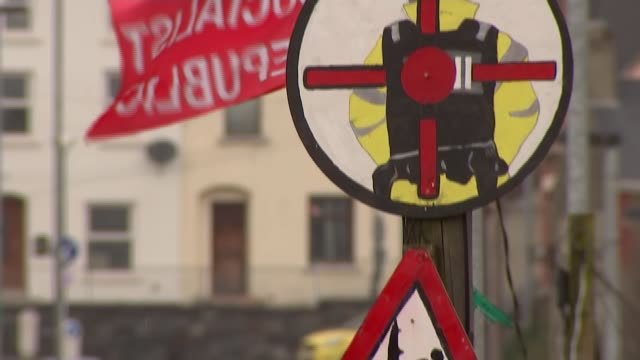 upsurge of violence in northern ireland puts focus on paramilitary groups northern ireland belfast ext sign on post 'sniper at work' with another... - fadenkreuz stock-videos und b-roll-filmmaterial