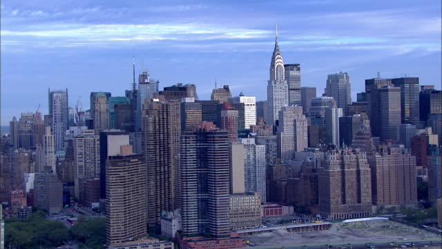 stockvideo's en b-roll-footage met uptown over east river, passing xws midtown manhattan skyline of high-rise buildings & skyscrapers, including partial metlife building, chrysler... - metlife building