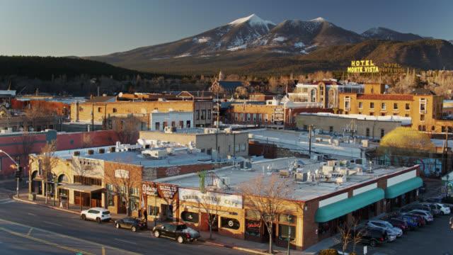 vídeos de stock, filmes e b-roll de upward tilting drone shot of downtown flagstaff, arizona - inclinação para cima