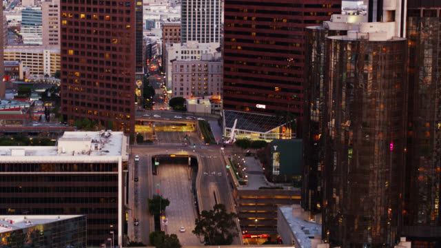 vídeos y material grabado en eventos de stock de upward tilting drone shot of fourth st in downtown los angeles during covid-19 lockdown - ciudades capitales