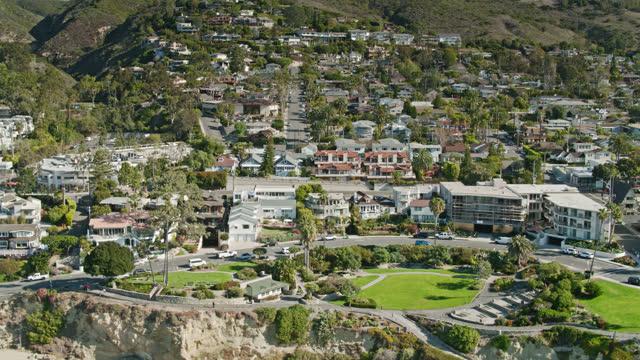 upward tilting drone shot of heisler park and hillside houses in laguna beach, ca - laguna beach california stock videos & royalty-free footage