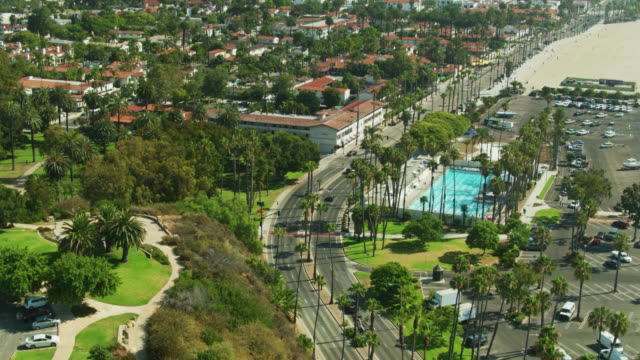 vídeos de stock e filmes b-roll de upward tilting drone shot of shoreline drive in santa barbara, california - santa barbara