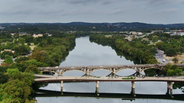 vídeos de stock e filmes b-roll de upward tilting drone shot of town lake park, the colorado river and downtown ausin - town