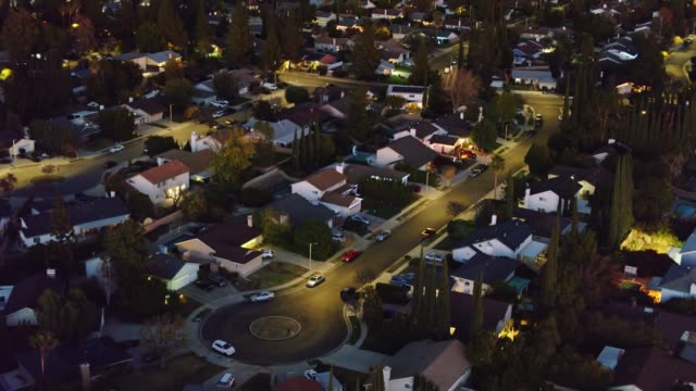 vídeos de stock e filmes b-roll de upwards tilting drone shot of northridge at night - aerial establisher - distrito residencial