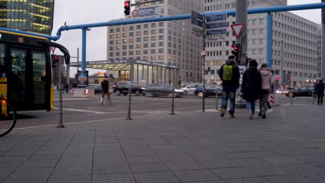 stadt berlin - verkehrsschild stock-videos und b-roll-filmmaterial