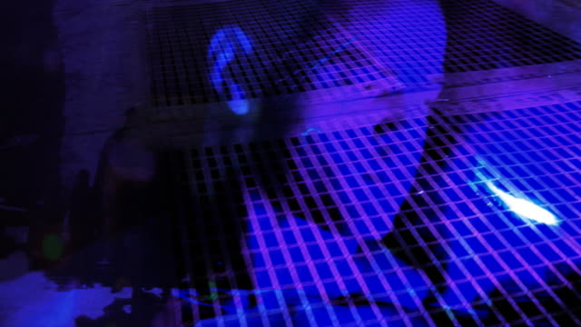 stockvideo's en b-roll-footage met urban blue boy - tiki torch
