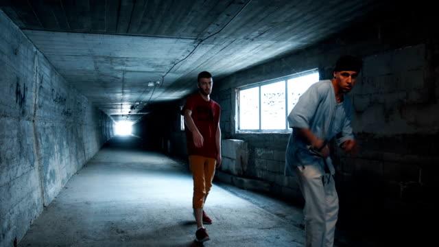 vídeos de stock e filmes b-roll de urban break dancers - street dance