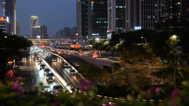 vídeos y material grabado en eventos de stock de tráfico urbano ocupado - calle urbana